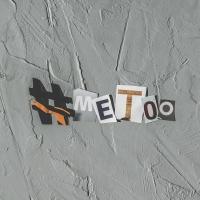 Hashtag meto z papiera na šedom betónovom podklade