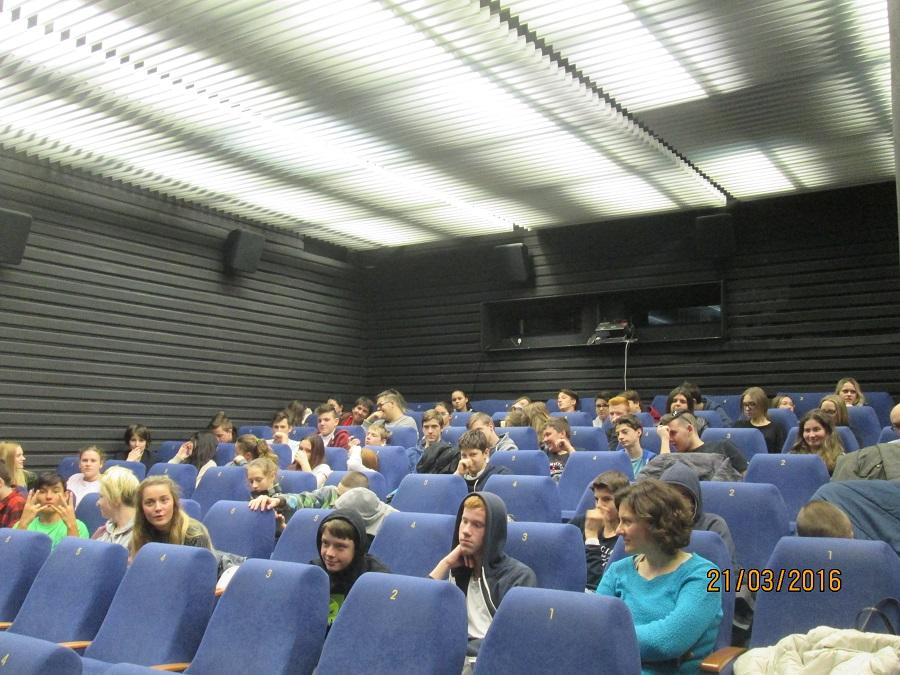 V rámci Vzdelávacej kampane Prvá diskutujeme v kine Lumiére v Bratislave.  Sú tu študenti a študentky zo Základnej školy Holíčska a Dubová.